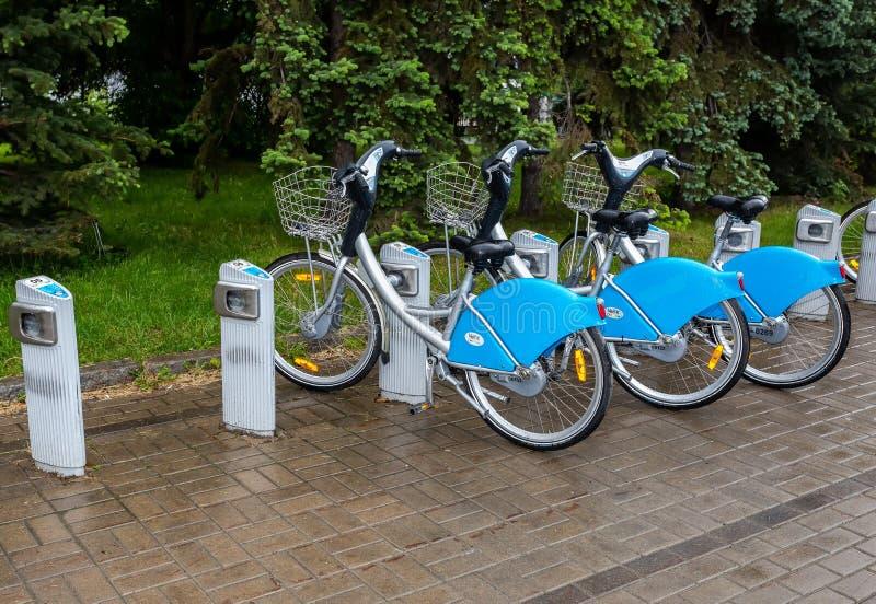 Estacionamento da bicicleta alugado na rua da cidade foto de stock