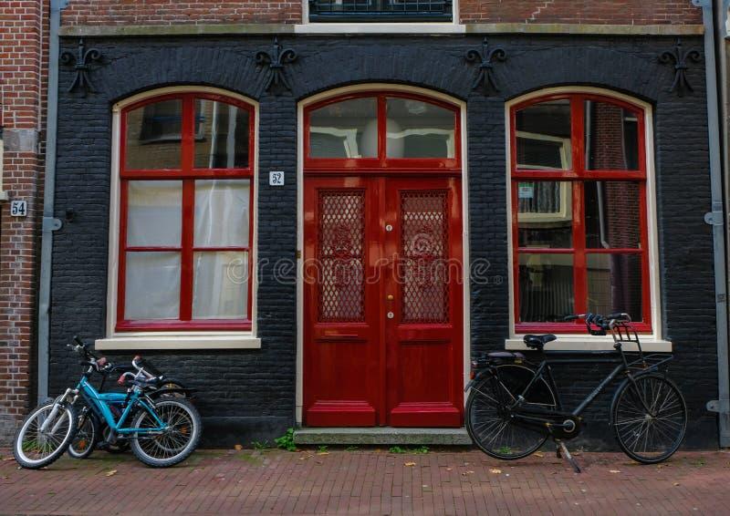 Estacionamento da bicicleta ao lado do centro da cidade de Amsterdão imagem de stock