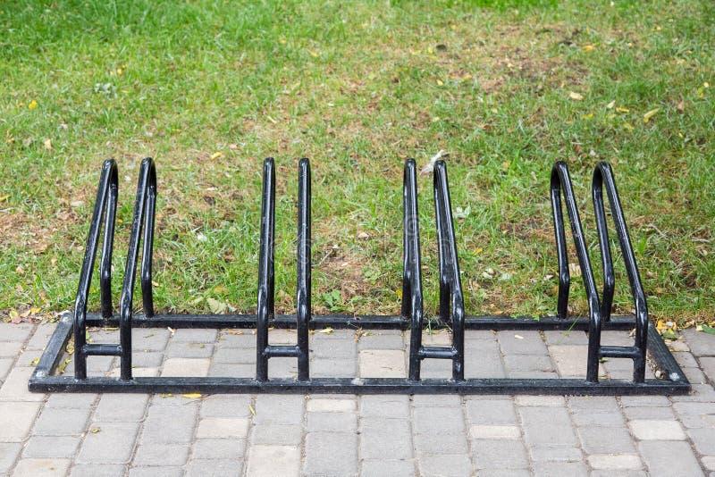 Estacionamento da bicicleta da cor preta imagem de stock