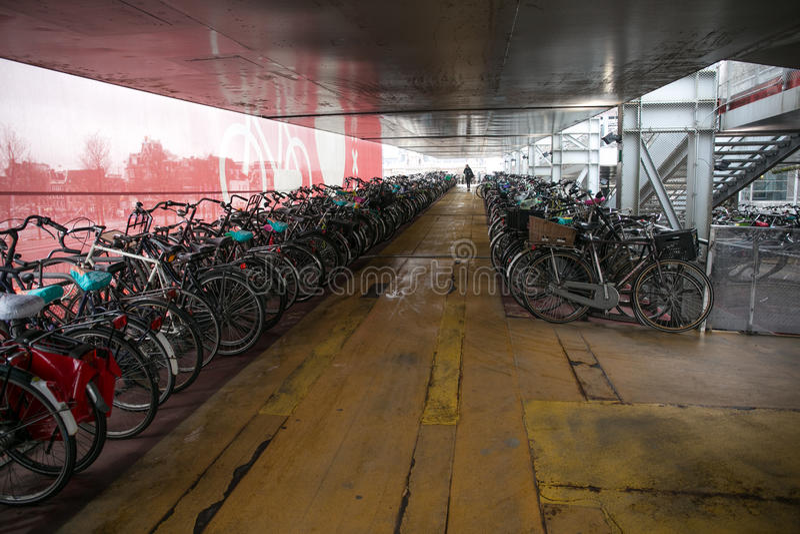 Estacionamento da bicicleta de Amsterdão fotografia de stock royalty free