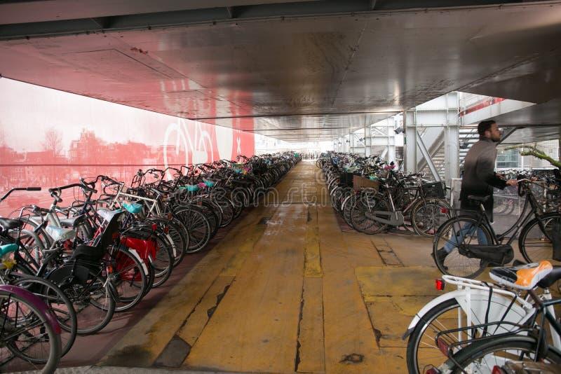 Estacionamento da bicicleta de Amsterdão foto de stock royalty free