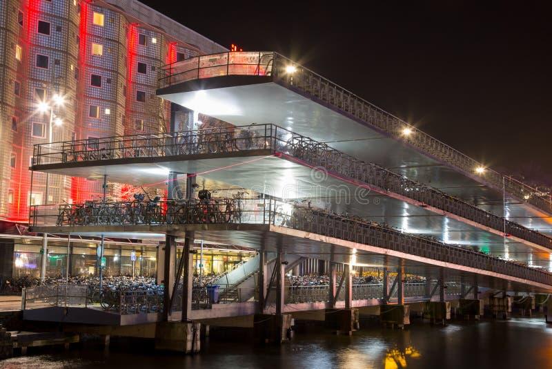 Estacionamento da bicicleta de Amsterdão - opinião da noite foto de stock