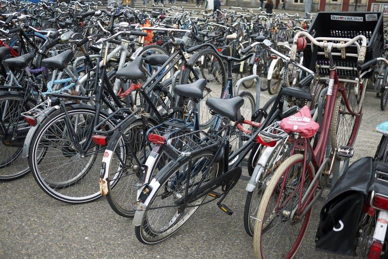Estacionamento da bicicleta em Amsterdão Noord imagens de stock