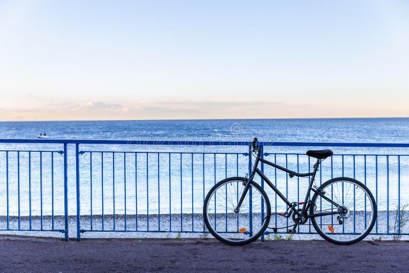Estacionamento da bicicleta na cerca ao lado do mar Mediterrâneo em agradável, franco imagens de stock