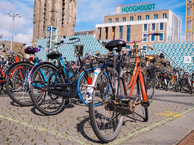 Estacionamento da bicicleta no centro da cidade na maioria de cidade dos estudantes em Países Baixos - Groningen fotos de stock royalty free