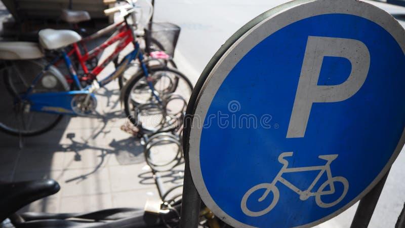 Estacionamento da bicicleta no parque foto de stock