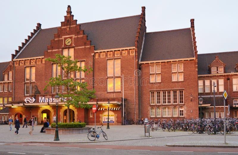Estacionamento da bicicleta perto do estação de caminhos-de-ferro de Maastricht foto de stock