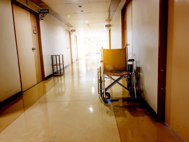 Estacionamento da cadeira de rodas na parte dianteira da sala no hospital Cadeira de rodas acessível para povos idosos ou doentes imagens de stock