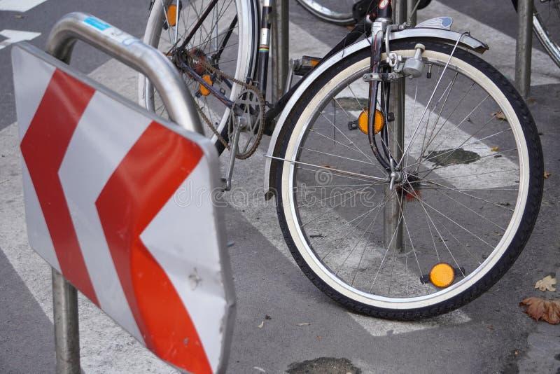 Estacionamento de bicicletas e ciclomotores, cidade conveniente, movimento ecológico pela cidade. Ostenta o estilo de vida. veloc imagens de stock royalty free