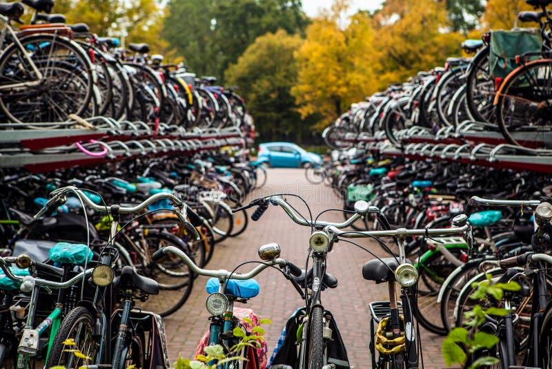 Estacionamento de dois níveis das bicicletas Den Haag - Holanda foto de stock royalty free