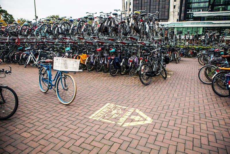 Estacionamento de dois níveis das bicicletas Den Haag - Holanda imagem de stock royalty free