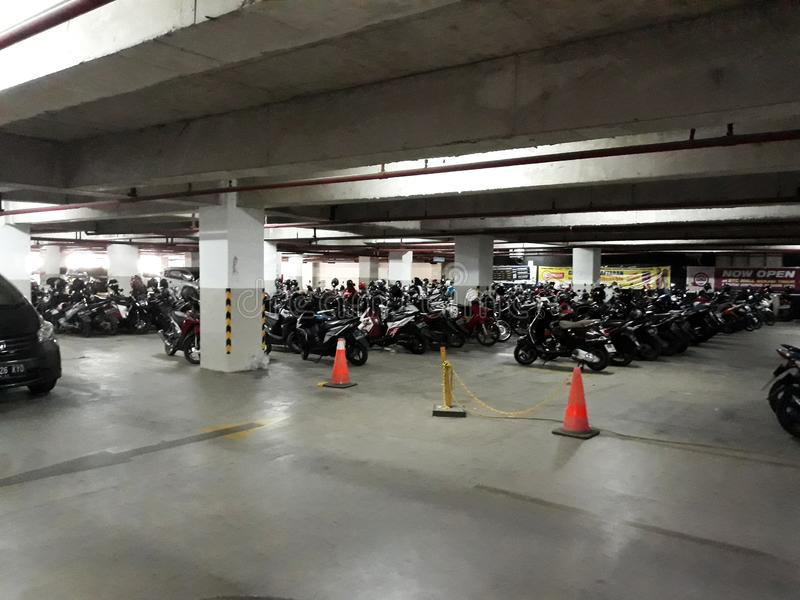 Estacionamento de veículo na garagem subterrânea imagens de stock