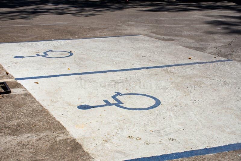 Estacionamento deficiente no parque de estacionamento de betão imagem de stock royalty free
