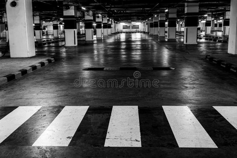 Estacionamento disponível interno do carro Espaço vazio preto e branco imagem de stock