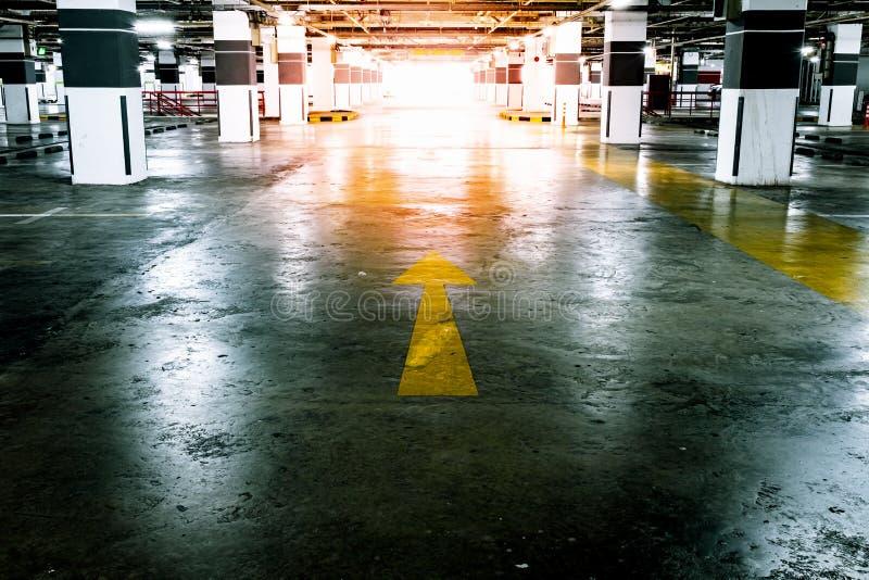 Estacionamento disponível interno do carro Espa?o vazio foto de stock royalty free