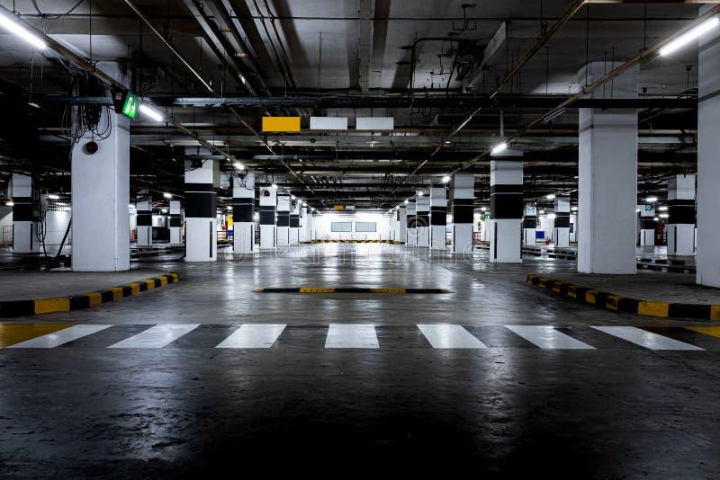 Estacionamento disponível interno do carro Espa?o vazio fotografia de stock