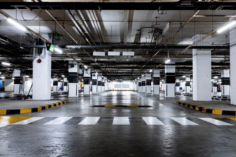 Estacionamento disponível interno do carro Espa?o vazio imagem de stock