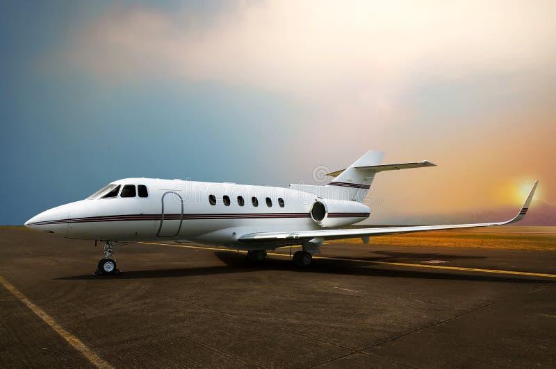 Estacionamento do avião do jato privado no aeroporto fotos de stock
