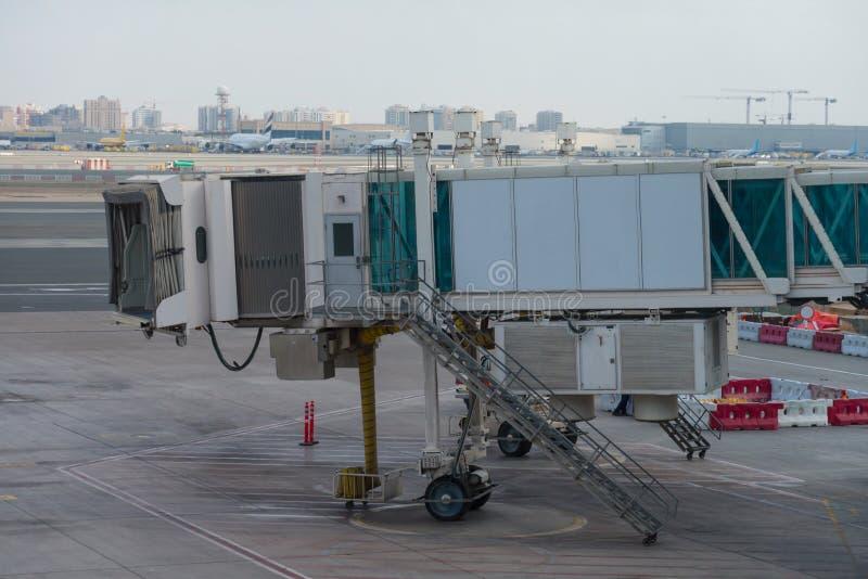 Estacionamento do avião na porta no aeroporto internacional foto de stock