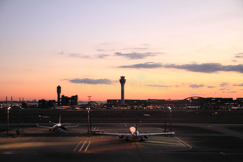Estacionamento do avião no aeroporto internacional do Tóquio imagens de stock