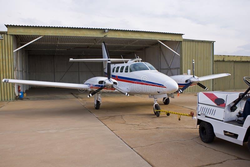 Estacionamento do cruzado de Cessna 303 fotografia de stock