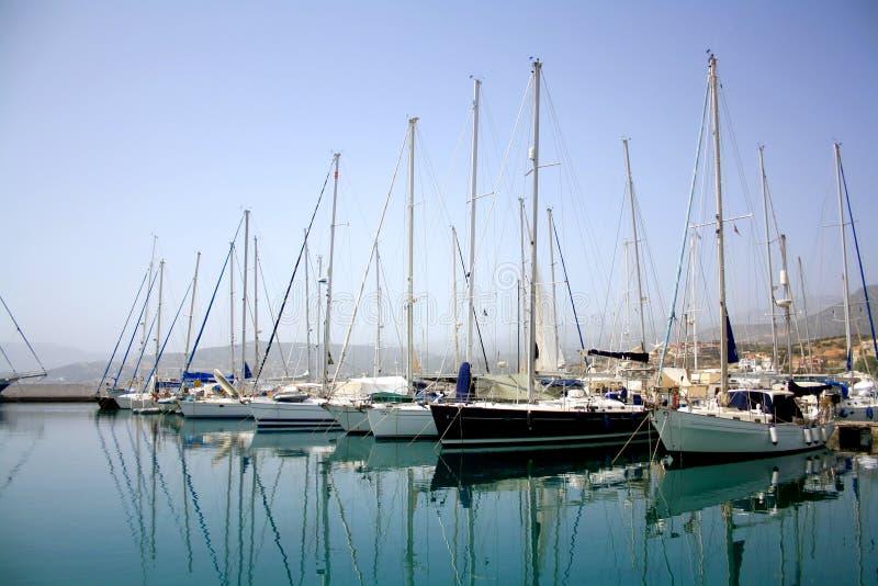 Estacionamento do iate no porto, yacht club do porto em Agios Nikolaos, Creta, Grécia Iate bonitos no fundo do céu azul imagem de stock royalty free