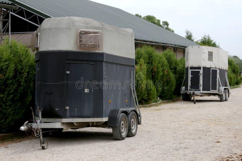 Estacionamento do reboque para o transporte do cavalo fotos de stock royalty free