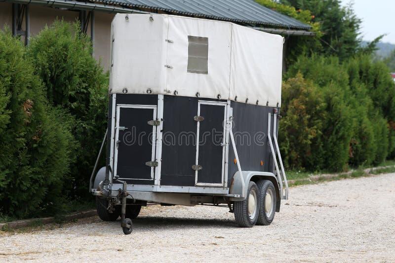 Estacionamento do reboque para o transporte do cavalo imagens de stock royalty free