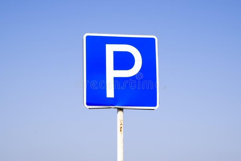 estacionamento do sinal de estrada Sinal em um fundo do céu azul imagem de stock