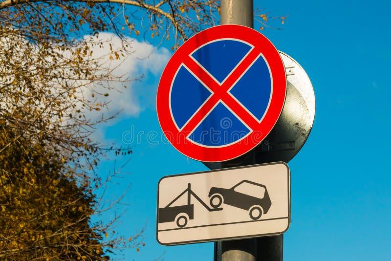 Estacionamento do sinal de estrada proibido e evacuação do veículo fotos de stock royalty free