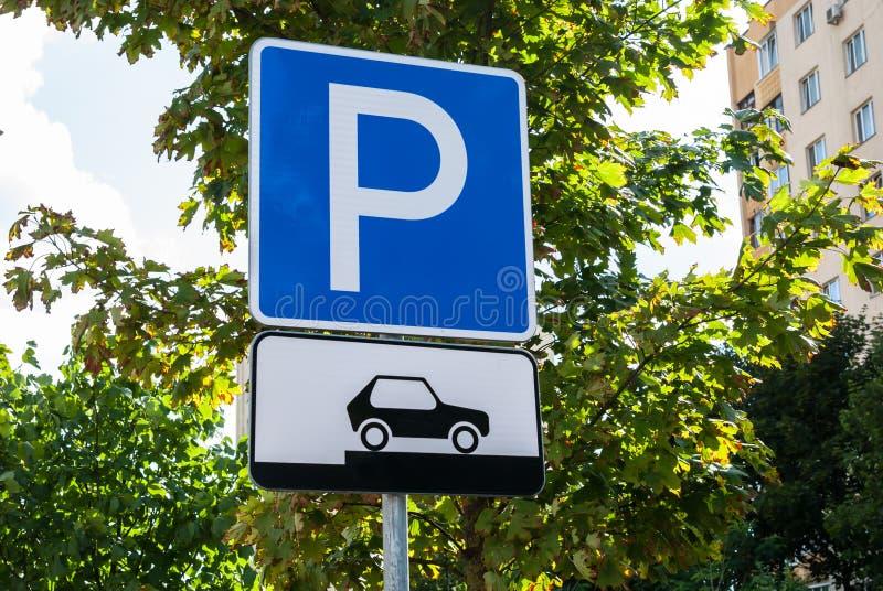 Estacionamento do sinal de tráfego rodoviário para os carros que mostram como colocar corretamente seus veículos foto de stock royalty free