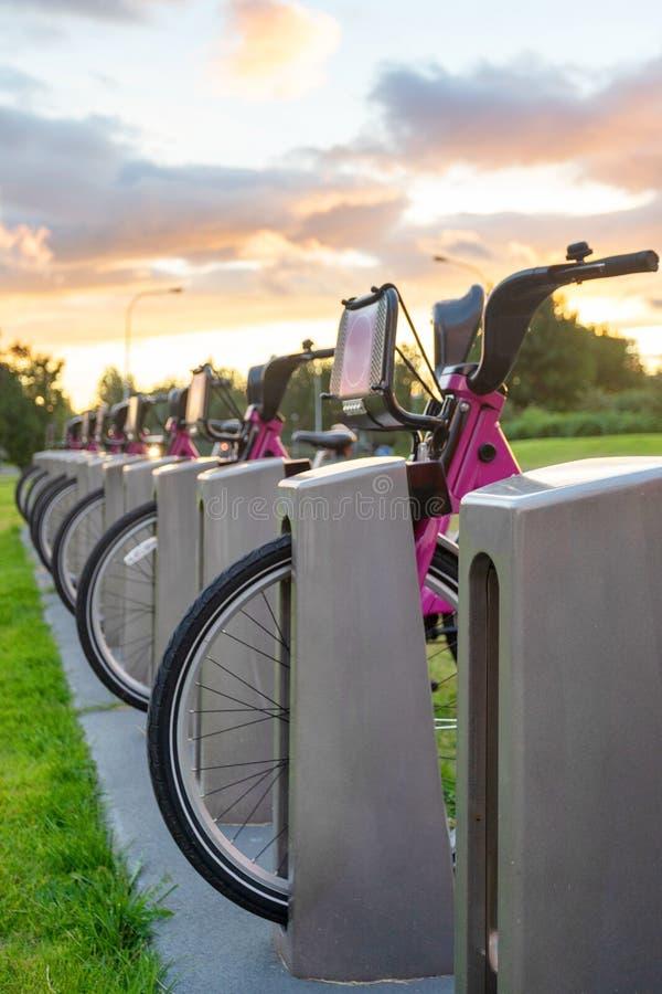Estacionamento dos poucos bicicleta moderna para o arrendamento fotografia de stock royalty free
