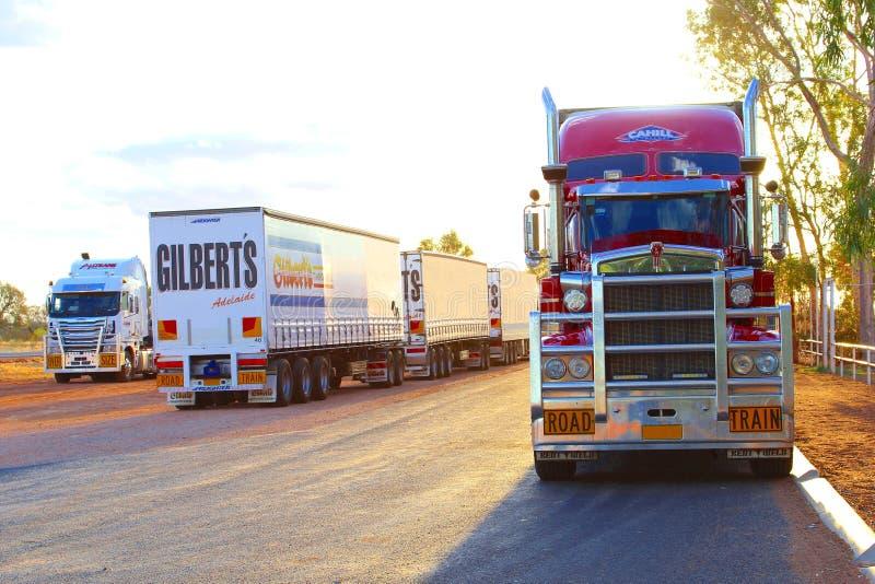 Estacionamento dos reboques pesados do frete, trens de estrada em Austrália fotos de stock royalty free
