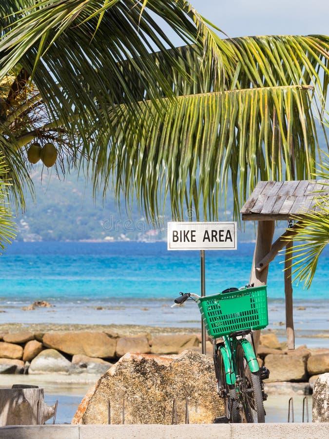 Estacionamento e bicicleta verde foto de stock
