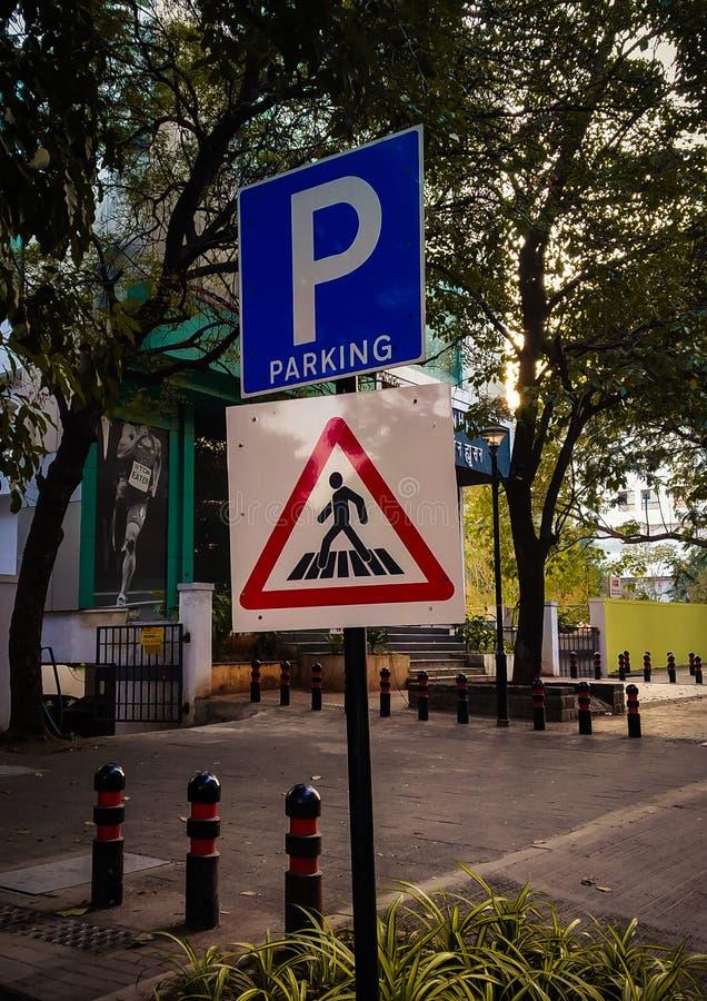 estacionamento e placa do sinal do cruzamento de zebra na borda da estrada foto de stock royalty free