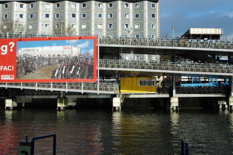 Estacionamento enorme para bicicletas em Amsterdão imagem de stock royalty free