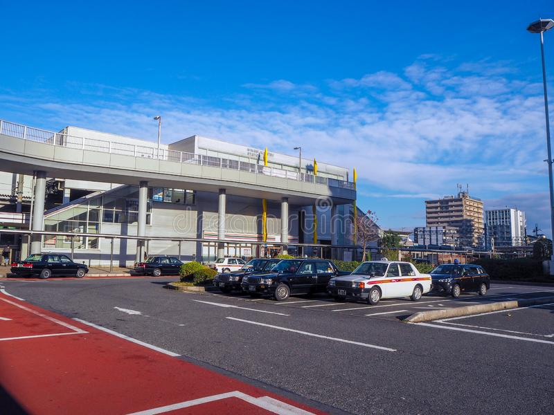 Estacionamento exterior na frente do estação de caminhos de ferro fotos de stock