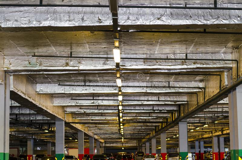 Estacionamento na alameda Estacionamento subterrâneo coberto para carros imagem de stock