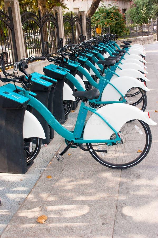 Estacionamento público de bicicletas alugado na cidade imagens de stock royalty free