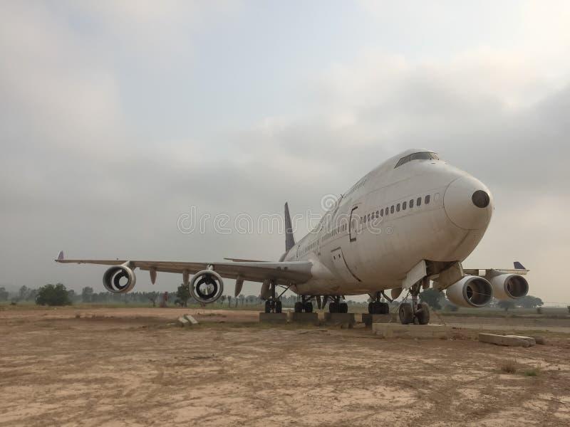 Estacionamento plano abandonado velho no aeródromo à terra seco com céu e nuvens imagens de stock royalty free