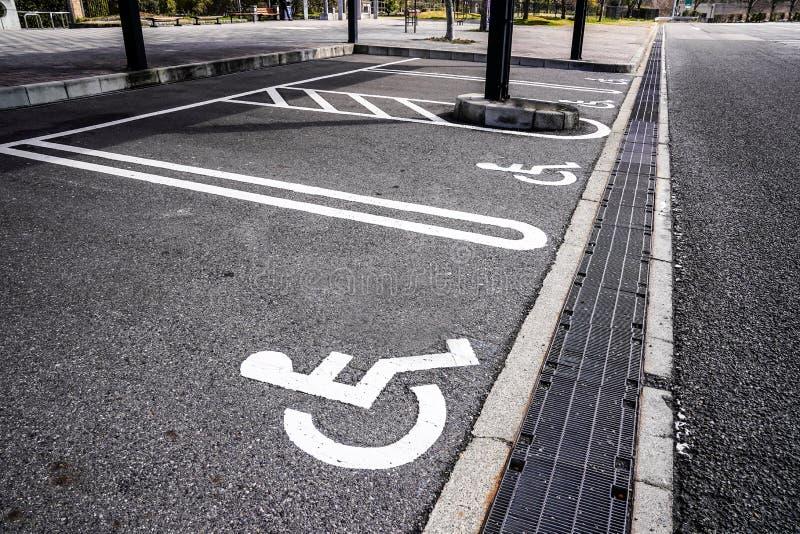 Estacionamento reservado para povos com inabilidades na área do reat do carro de Japão fotos de stock royalty free