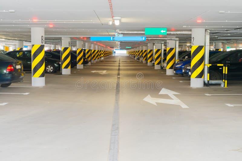 Estacionamento subterrâneo do carro imagem de stock