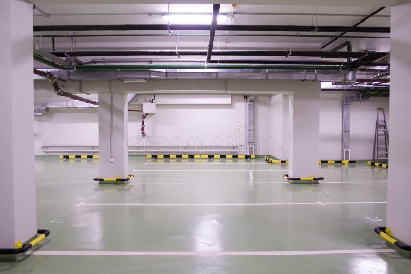 Estacionamento subterrâneo novo