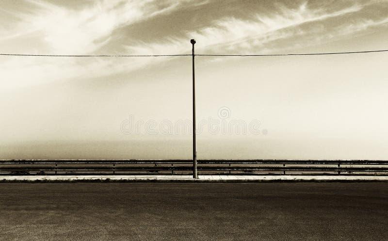 Estacionamento vazio com poste de luz, matiz do sepia fotografia de stock