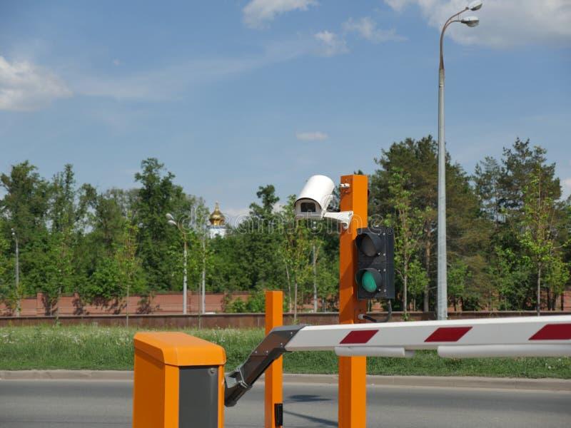 Estacionamiento automatizado del coche con el CCTV Placa de la cámara CCTV imagen de archivo
