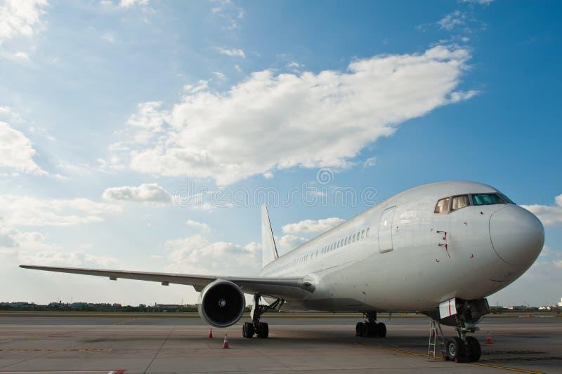 Estacionamiento comercial del aeroplano fotos de archivo