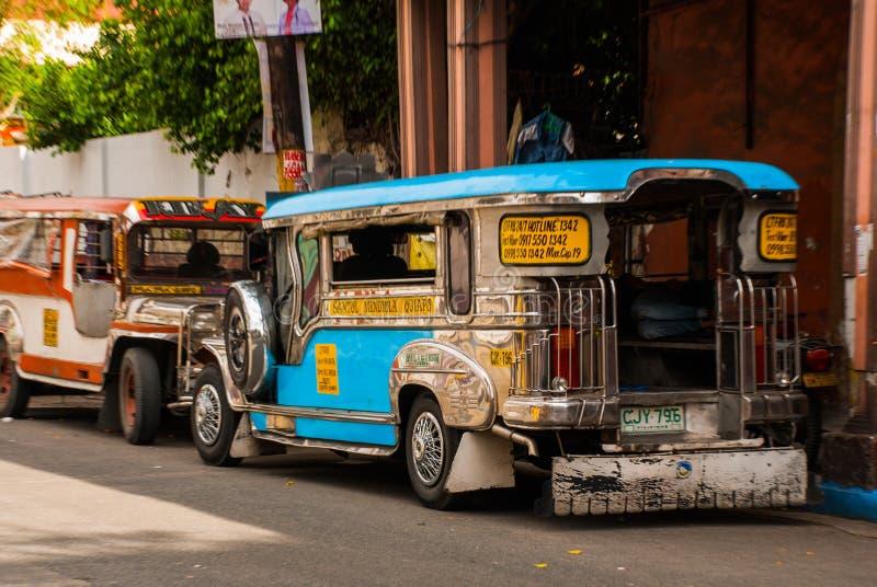 Estacionamiento de Jeepney en la calle en Manila, Filipinas fotografía de archivo