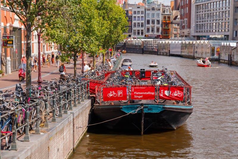 Estacionamiento de la bicicleta en Amsterdam fotos de archivo