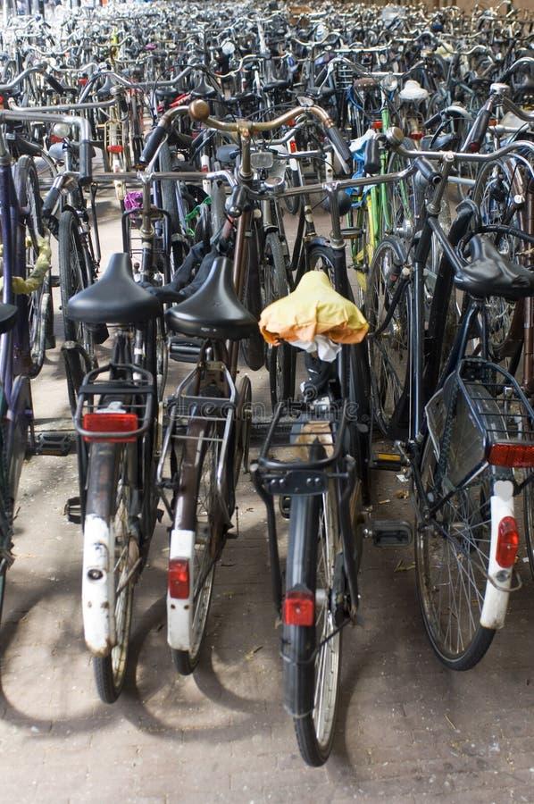 Estacionamiento de la bicicleta en el ferrocarril foto de archivo libre de regalías