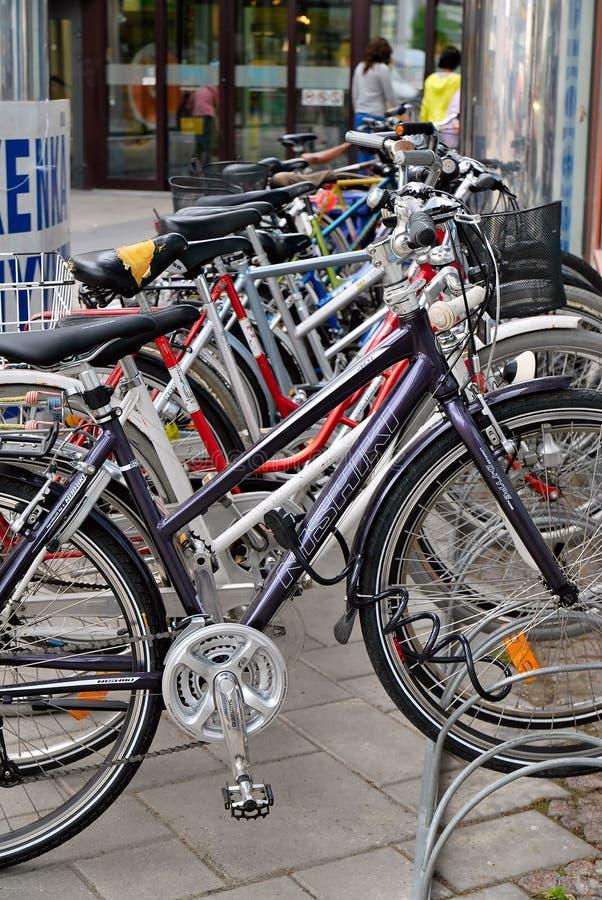 Estacionamiento de la bicicleta. Finlandia. fotografía de archivo